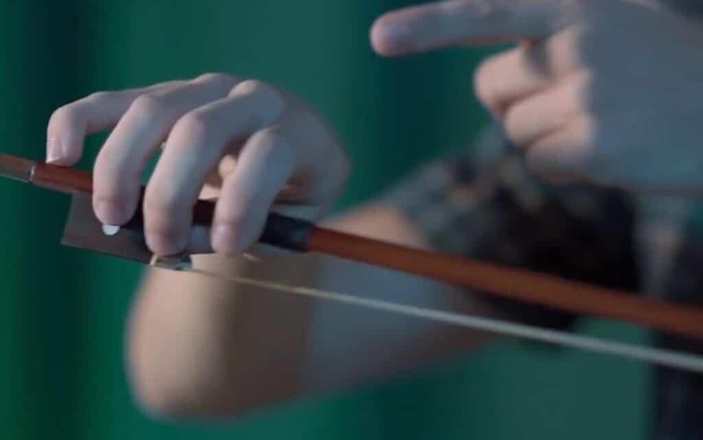 Como segurar o violino - dedo mindinho - Planeta Música